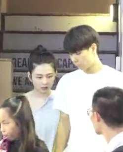 香港媒体拍到,沈月和一名帅哥约会
