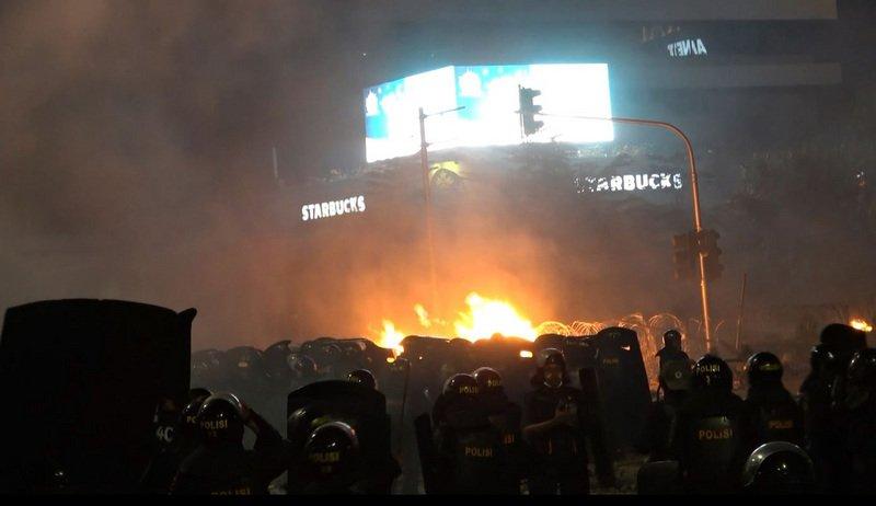 尼选后动荡,示威群众22日晚间朝向警方发射冲天炮、烟火、丢掷手持汽油弹,警方动用催泪瓦斯,现场枪声不断、空气中弥漫催泪瓦斯的味道,多处著火。