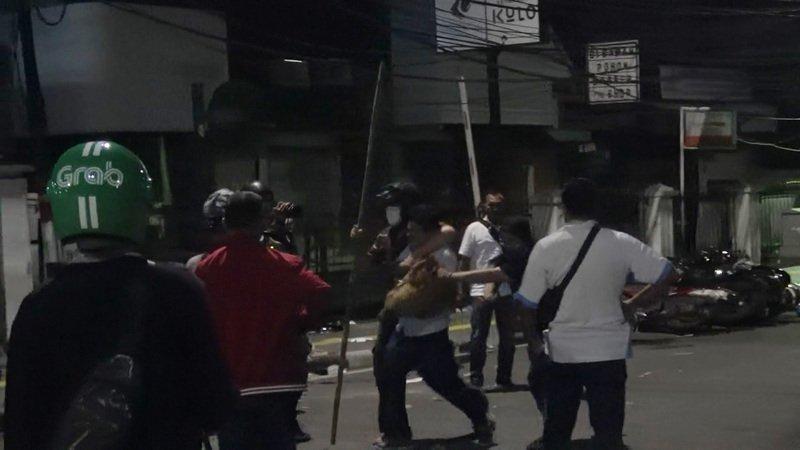 印尼警方23日凌晨强力驱离示威数小时后,群众仍未散,大群穿便衣的警方情报人员在周围巷弄中拿棍棒追捕多名群众,有被捕者发出哀嚎。