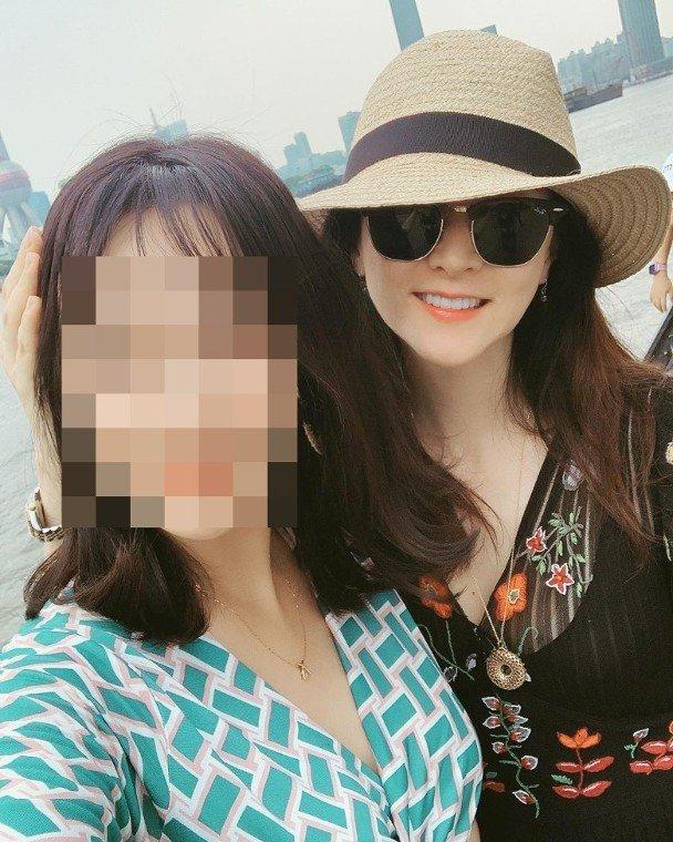 网民说拍照时风大,李英爱贴心地按住她的头发,十分温暖!
