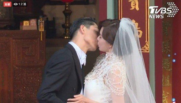 一吻情深!(TVBS截图)