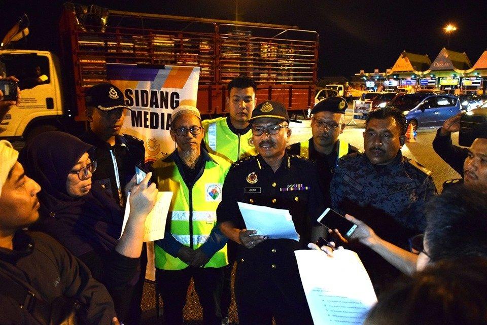 佐哈里(左5)在突检行动结束后召开记者会公布,共有362辆交通工具被截查,其中96辆交通工具因违法而被取缔。