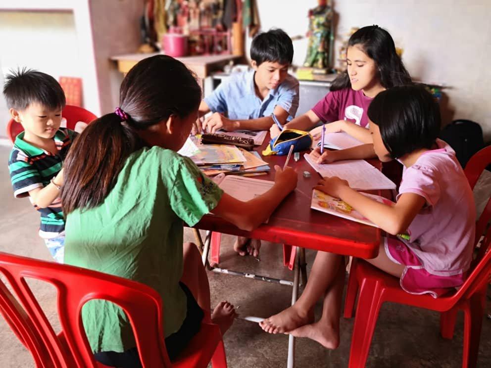 5兄弟姐妹温习功课的地方也在神庙厅堂内,平时做家庭作业,都是由大哥和大姐负责教导弟妹。