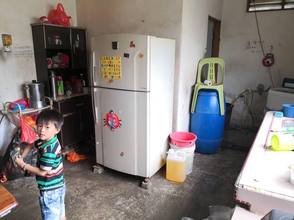 林家一家七口从2011年起,就暂时寄居在巴生港口直落昂的神庙处,住家环境简陋。