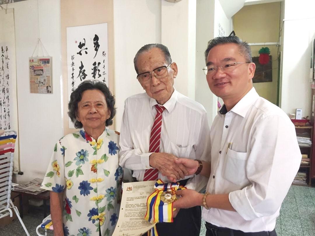 邓日才(左2起)获邱培栋推荐,受甲州元首册封拿督勋衔,邱培栋近期前往道贺,左为黄秀琴。