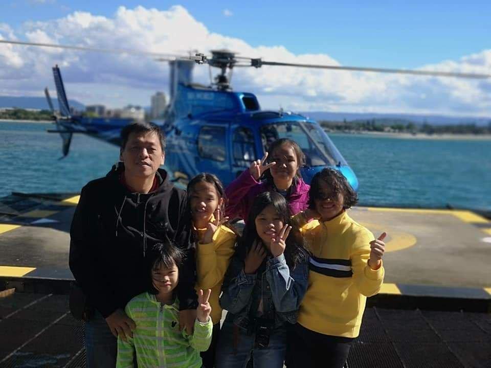 王晓薇一家六口体验乘搭直升机。