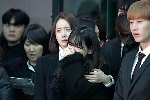 SHINee钟铉出殡,与其情同姊弟的太妍(中)泪崩。