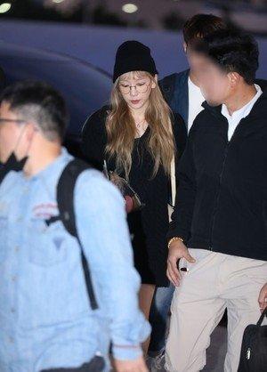 太妍一身黑现身机场,准备飞往泰国。(图取自ETtoday)