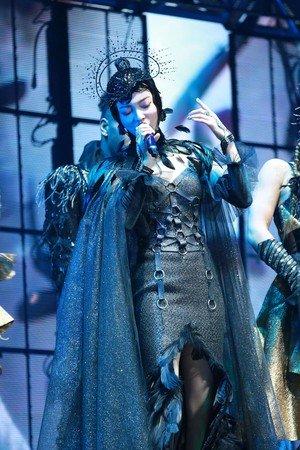 张韶涵演唱会上以乌鸦装亮相。(图取自微博/新浪娱乐)