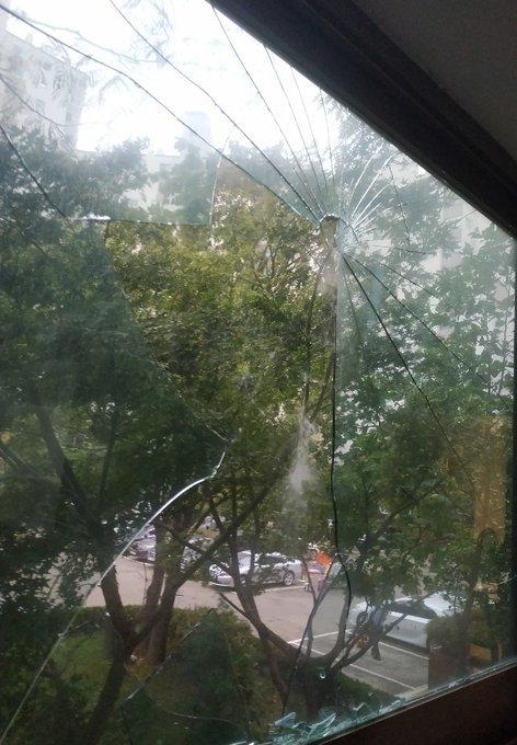 推特网民上传照片表示,台风带来的强风吹破家中窗户。 (图取自网络)