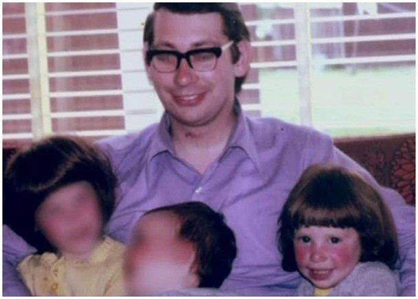 珍妮(前右)4岁起遭父亲(后)强奸7年,更因此人格分裂,兽父最终被法院判处入狱45年。