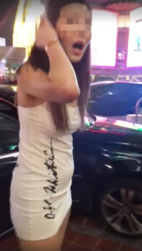 辣妹开马赛地轿车逆行,并撞上人行道,下车后逞凶骂人。(图取自网络)