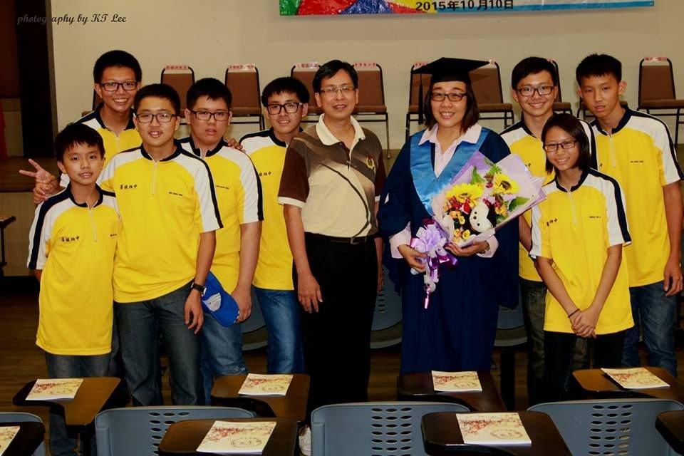林慧涵邀请学生一起出席其毕业礼,以身教展现了终身学习的精神。