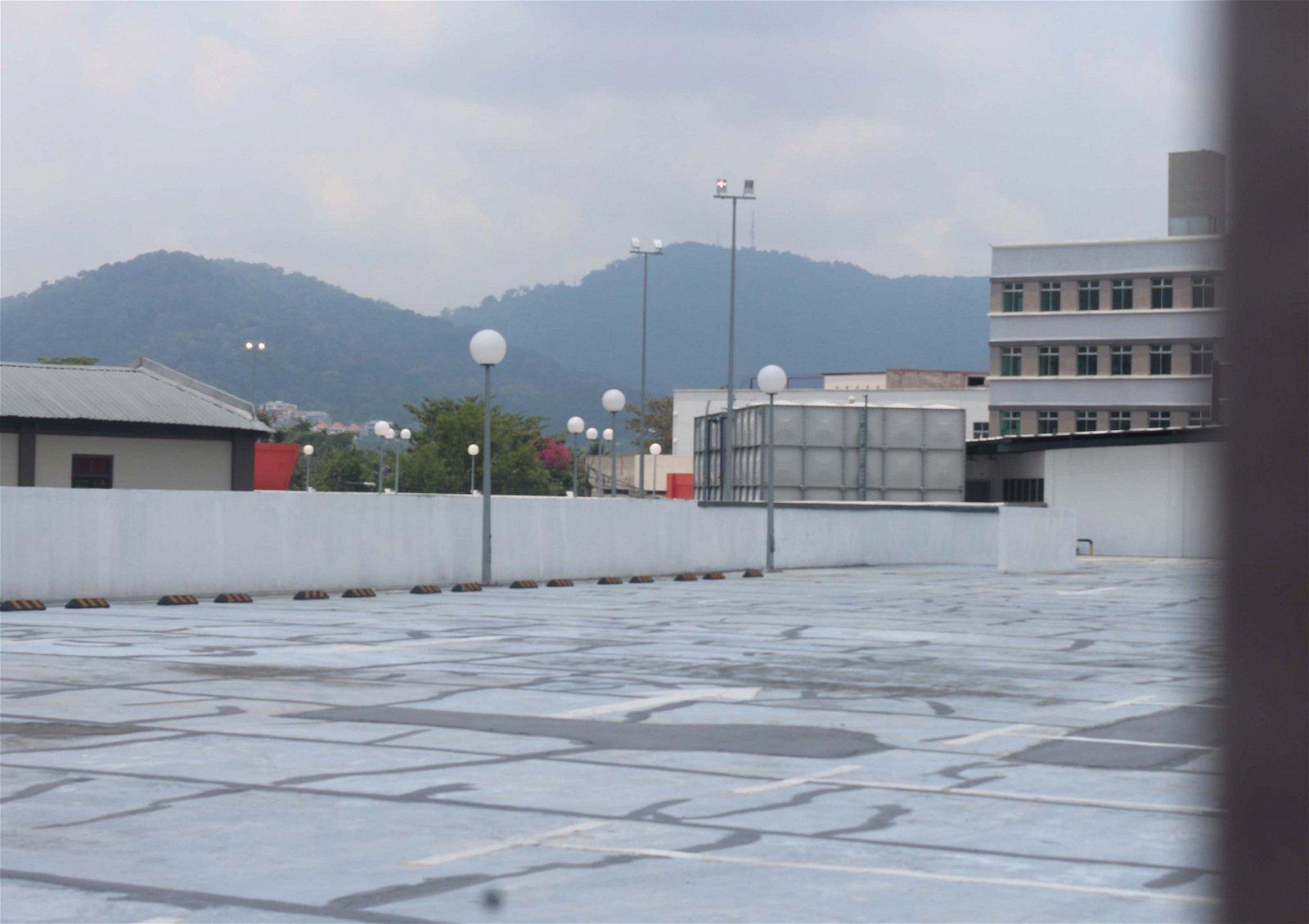 二楼停车场到处都是用石灰填补裂痕的痕迹。