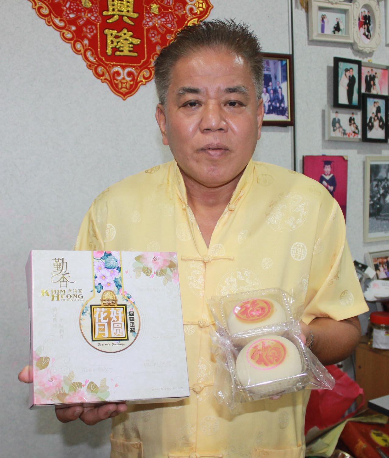 为传承福建人的传统食品,汪永平在每年中秋节来临之际,都会开炉烘制几近绝迹的福建月饼,为消费者提供另一个月饼选择。