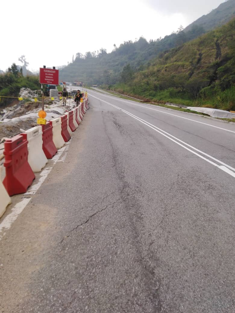 由于加固山坡工程在进行中,公路使用者受促小心驾驶。