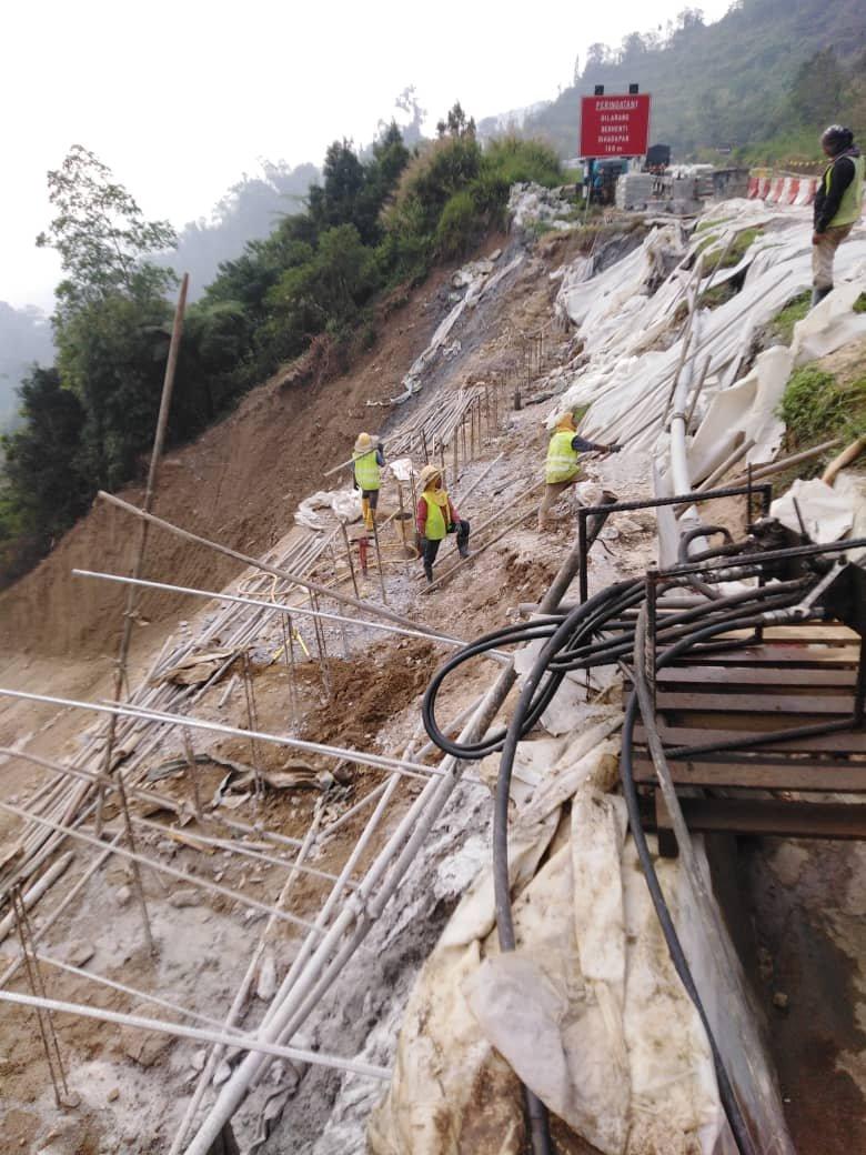 公共工程局已委任特许经营公司,为新邦波赖至金马仑高原路的土崩地点进行修复工程。