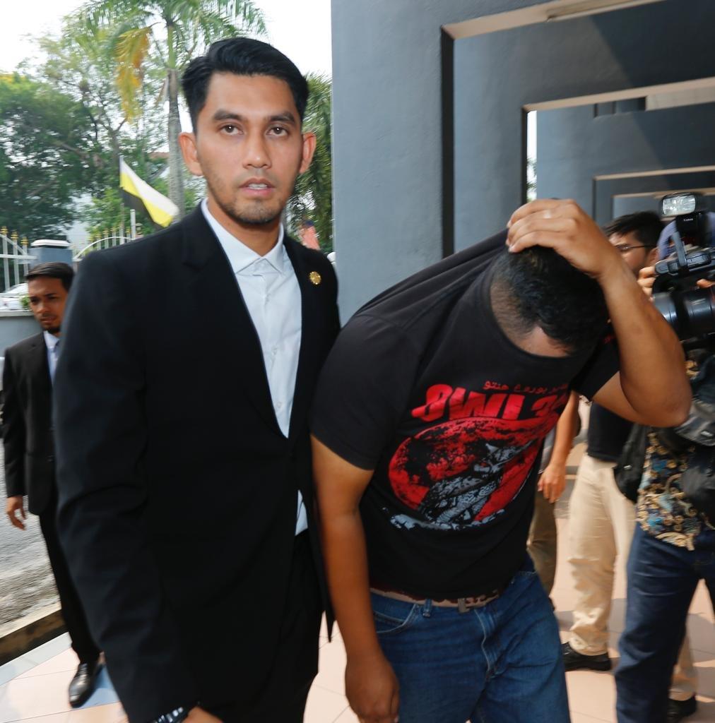 涉嫌和法官合谋收取贿金的伍长被带往怡保地庭进行申请延长扣留程序。
