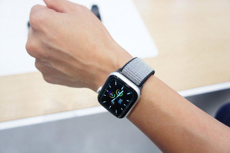 """苹果公司发表第5代Apple Watch智能手表,配备全新""""Always-On Retina显示器"""",即使放下手腕,表面也不会全黑,可以随时查看时间与其他功能。"""