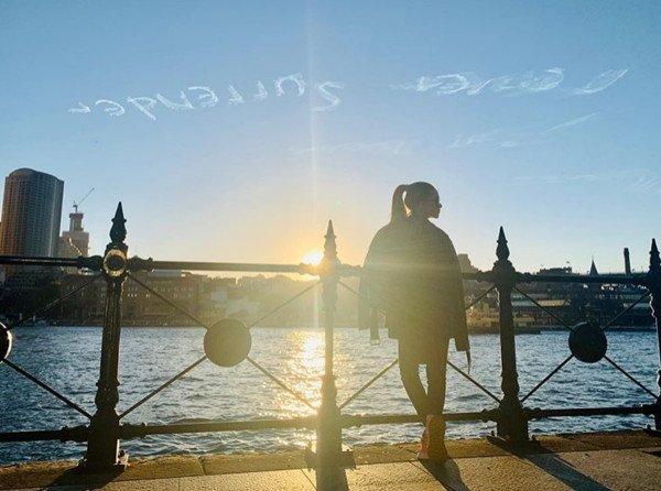 周杰伦陪昆凌回澳洲还送上浪漫大礼。