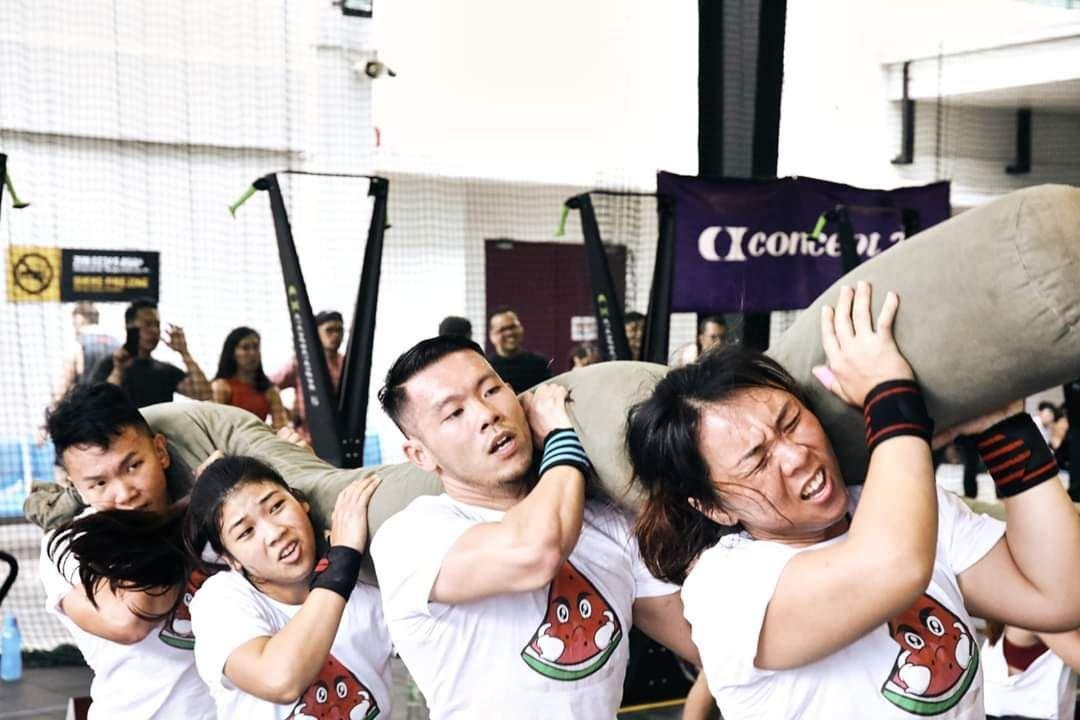 周书均(右)去年参加The hopper warrior比赛,共综合了田径、体操与举重的许多动作进行无间歇的方式比赛。
