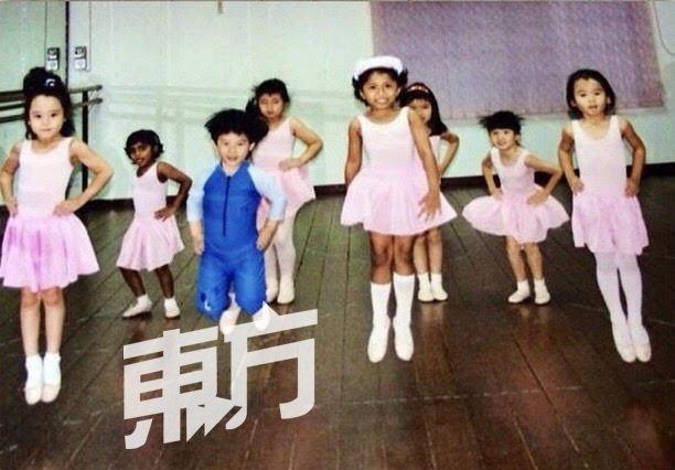 舞蹈班上,多数学舞的都是女生。小小的颜文坚穿著紧身泳装与其他小朋友一起学芭蕾,懵懵懂懂地迈向舞蹈之路。(图由KLPAC提供)