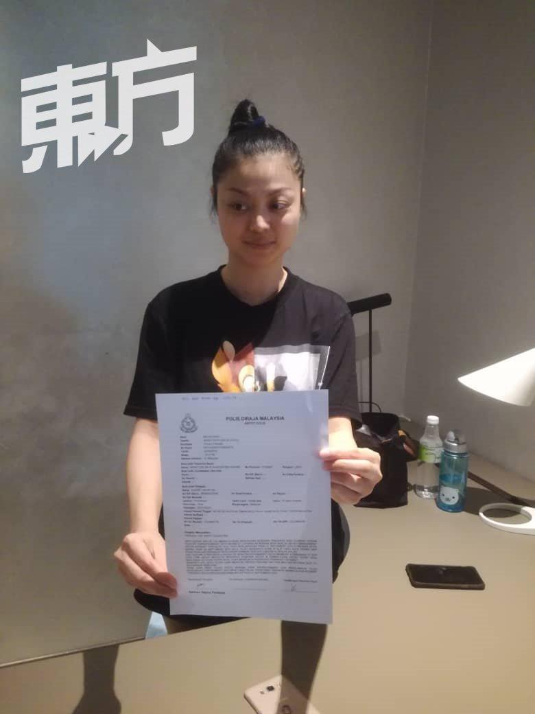 陈奕淋展示她的报案书,希望能追回演唱会主办单位拖欠的余款。(摄影:黄俊南)