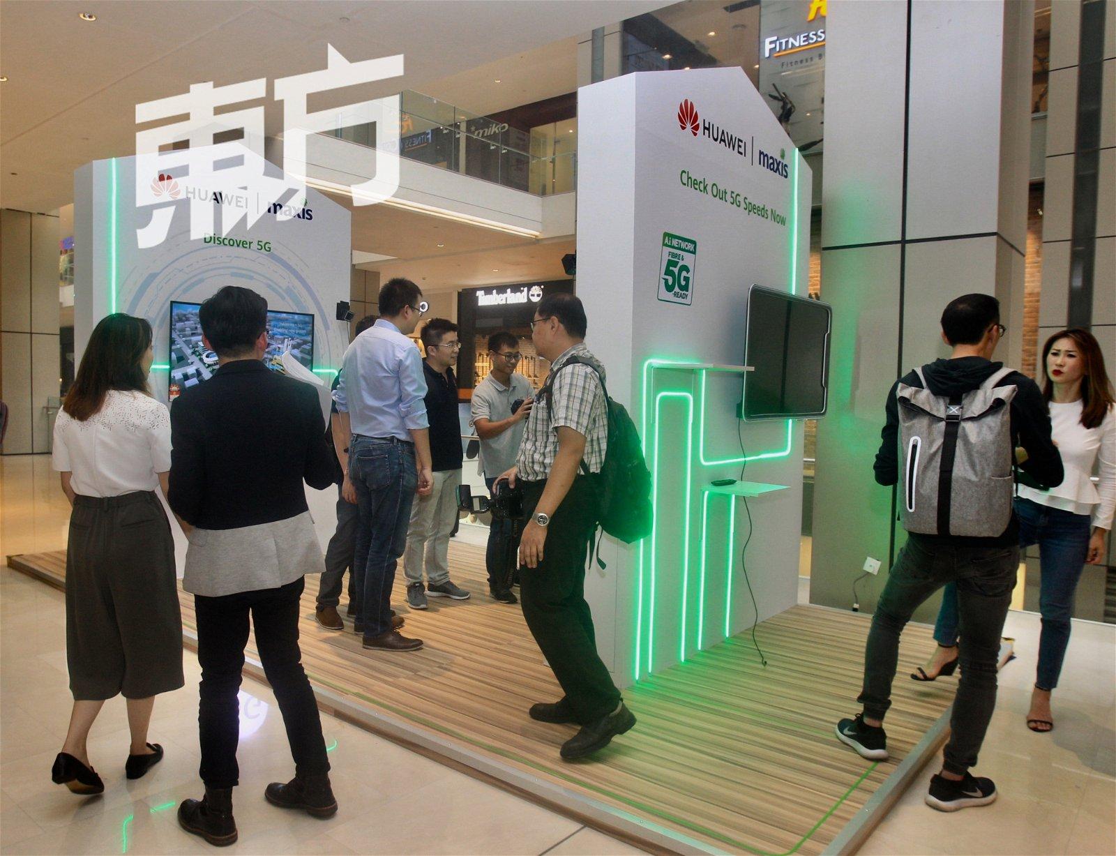 """即日起至10月6日,华为在位于柏威年广场的旗舰店门前设立了一个""""5G网速室内体验站"""",并开放让公众率先体验5G技术在消费者端上的魅力。"""