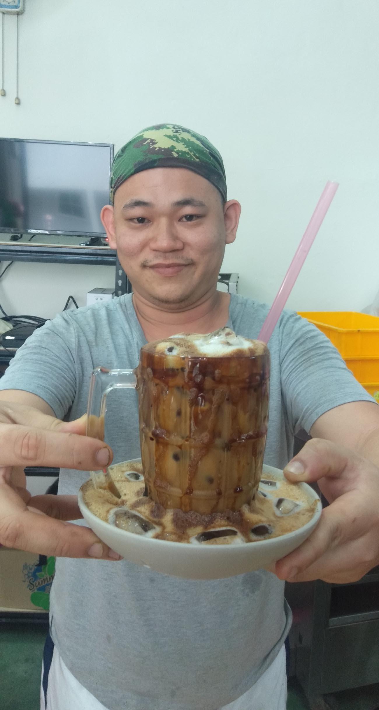 凭著前人的咖啡加盐冲泡法,吴荣平自行研发出独特风味的咸咖啡,结果在近日掀起风潮。