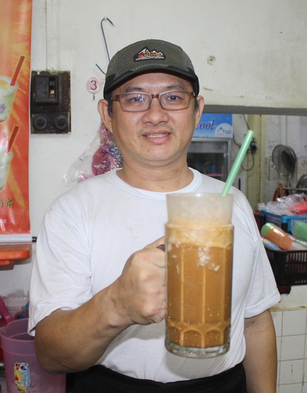 """黄健和展示""""雷满满咖啡"""",指这款咖啡寓意""""Duit满满""""的咖啡,带有好意头。"""