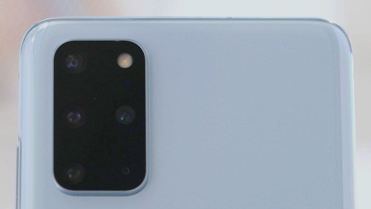 S20+ 的镜头比 S20 多出一个,是在 S20 的镜头基础上加入了一个 DepthVision 距离测定镜头。