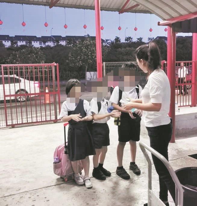泰丰华小家长志愿到学校教导学生如何正确的使用洗手液洗手,协助校方展开防疫工作。(受访者提供)