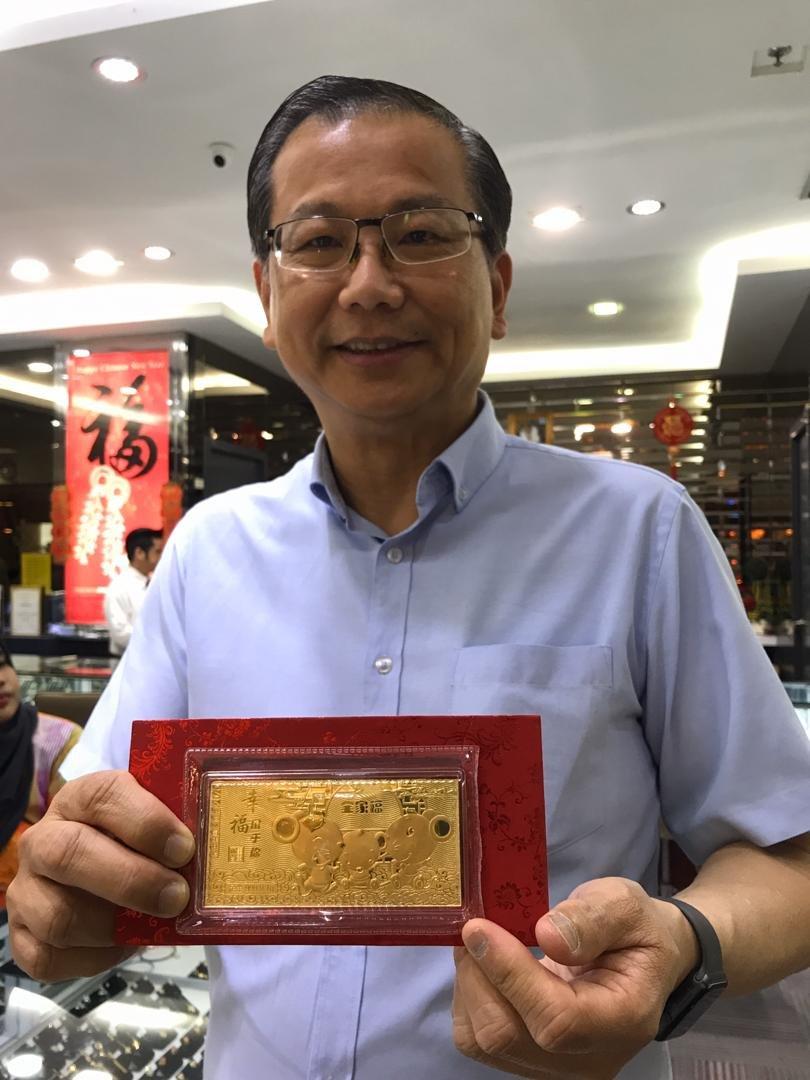 萧德坤展示其中一款金钞红包。