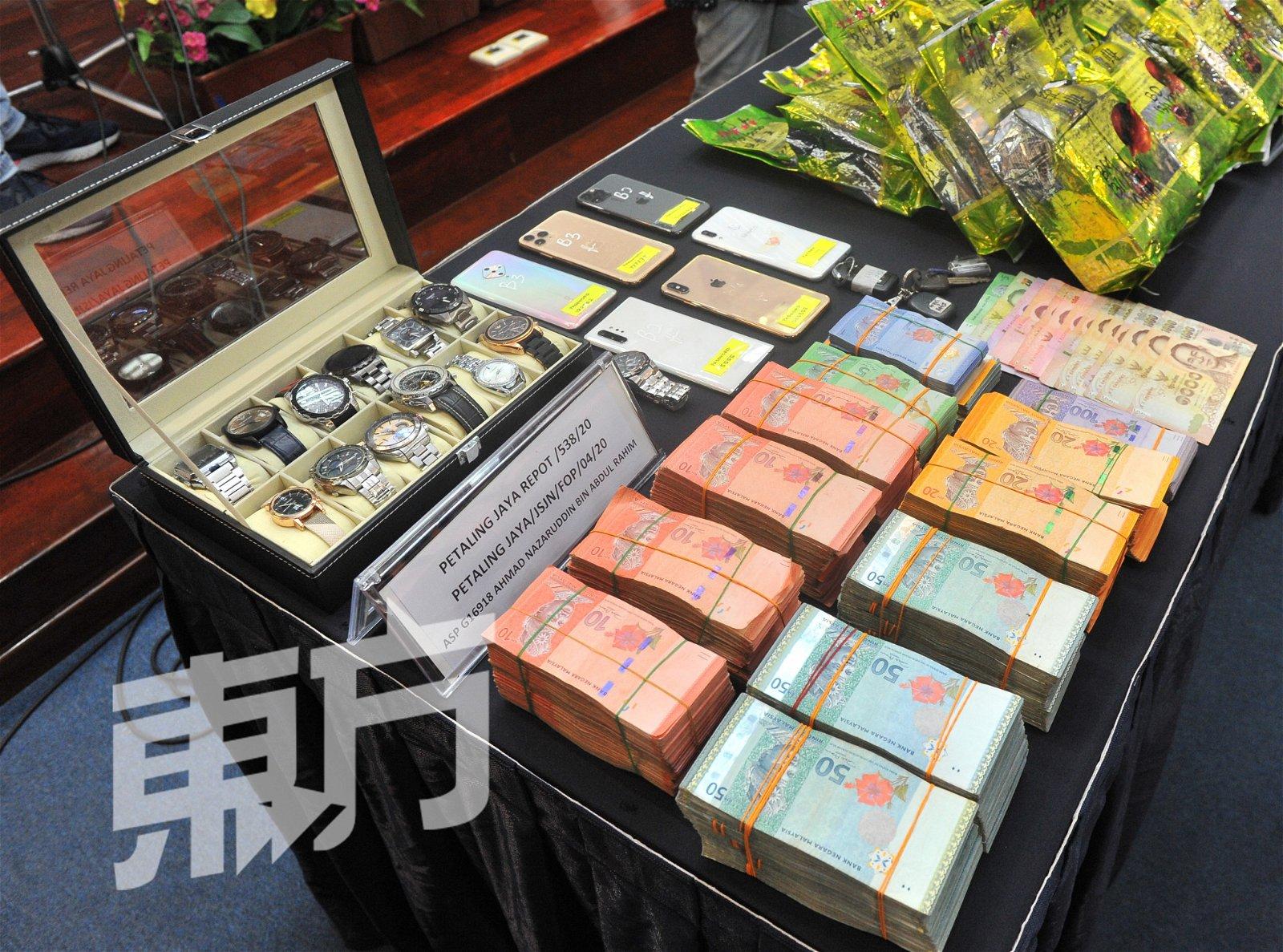 警方在行动中充公一批手表及逾10万令吉现金。(摄影:邱继贤)