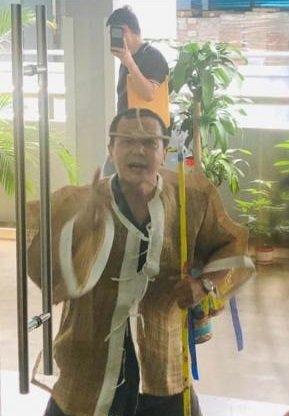 白丰伟去年到建筑公司追债,披麻戴孝的打扮令人侧目。