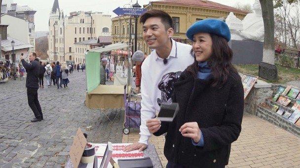 薛世恒与叶蕴仪在街头摆档。