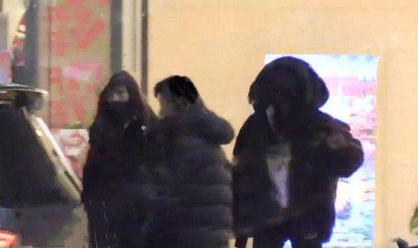 杨幂抵京后即由工作人员陪同往美容院。