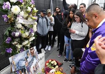 球迷献花悼念。
