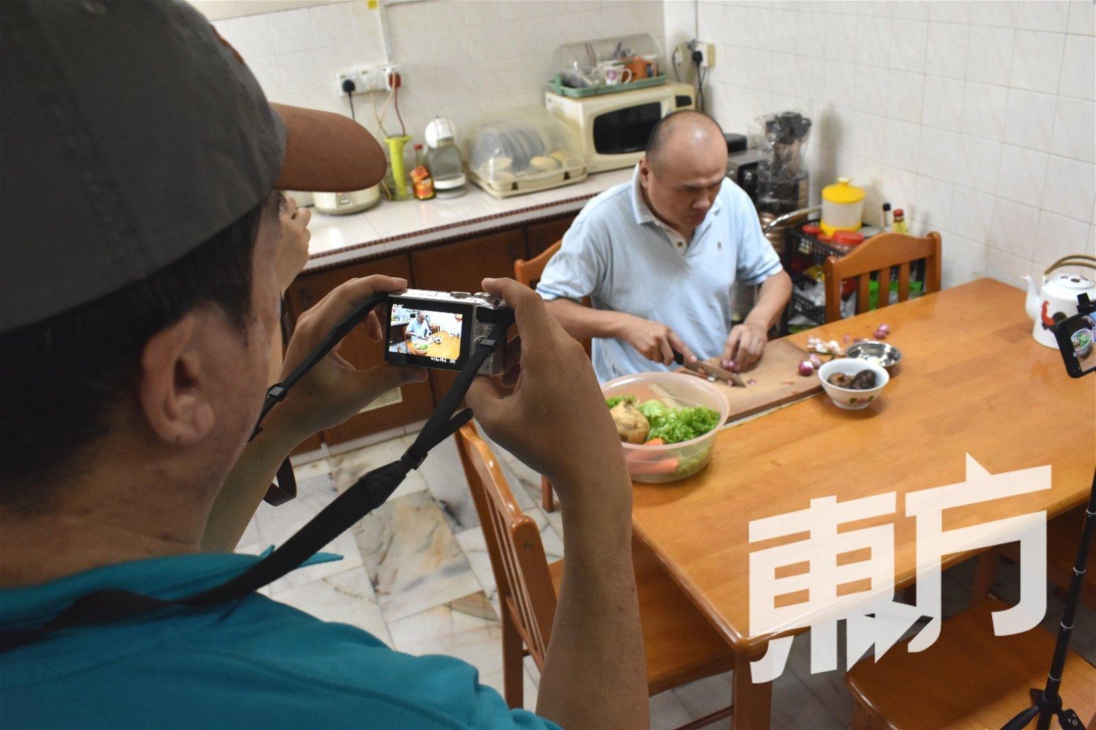 决定要成为失明Youtuber的罗维强,虽然可以烹饪及自行剪辑影片,但仍然需要友人协助拍摄。