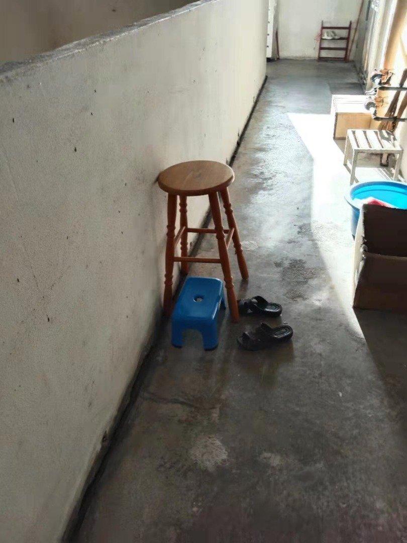 警方在走廊处发现椅子、小凳子及拖鞋。