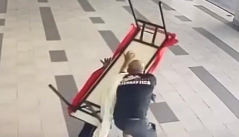 保安人员最终因体力不支,被犯案者推倒在地,并遭沉重的桌子压及头部而受重创。