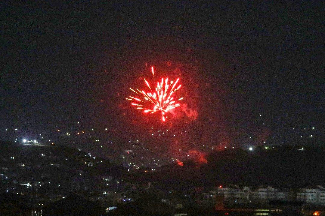 最后一架美国飞机从喀布尔机场起飞后,庆祝的枪声照亮了部分夜空。(图取自法新社)