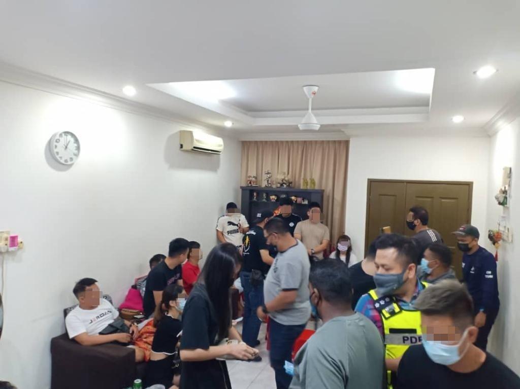 警方前往一家半独立排屋取缔,21名男女因聚赌而被捕。