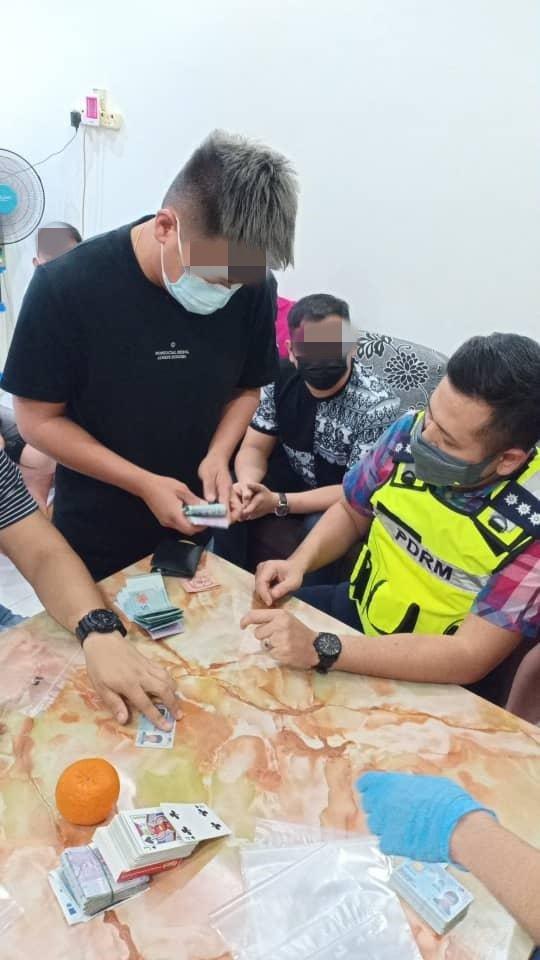 警方从赌徒身上搜获2万9313令吉现金。