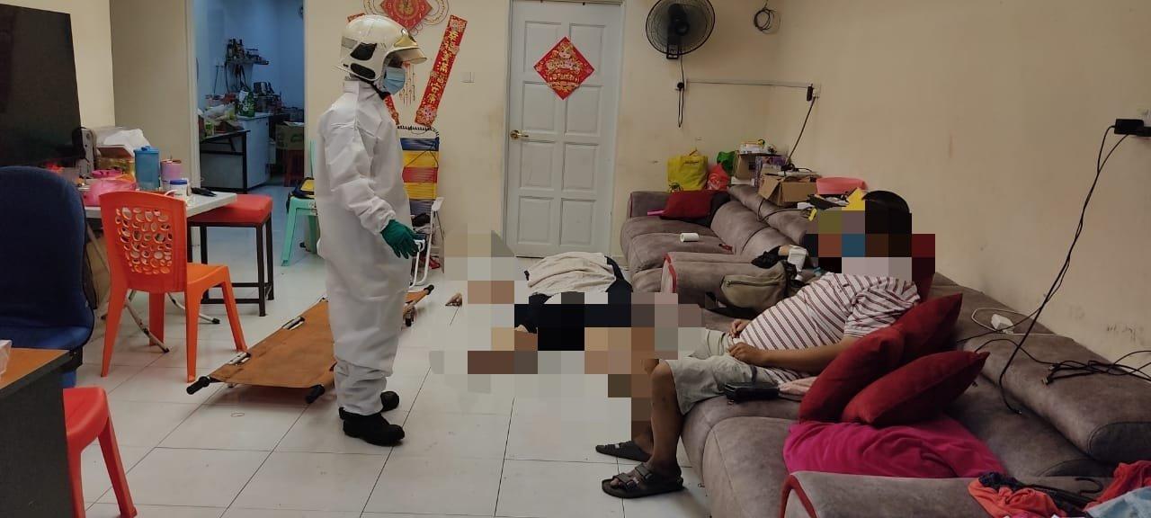 一名230公斤重的华裔妇女疑从沙发跌落,在家中逝世。