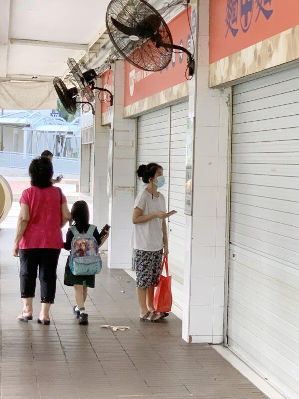 居民驻足查看咖啡店贴出的关闭告示。