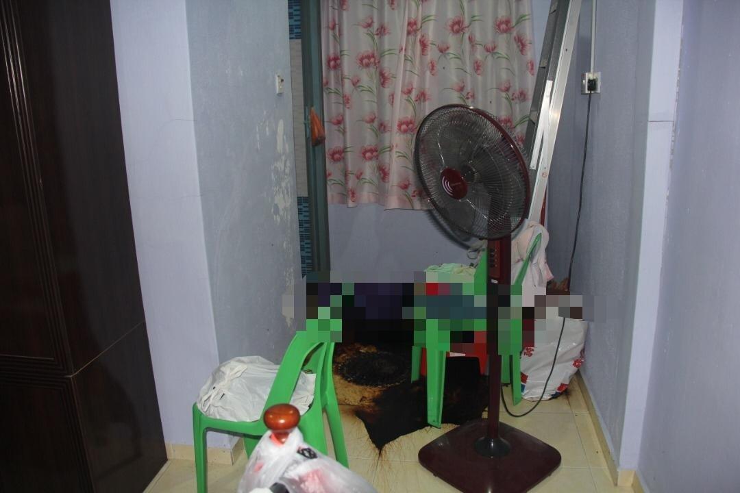 死者的尸体倒在主卧房的浴室门前。(照片由警方提供)