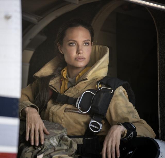 安芝莲娜祖莉在新片《那些要我死的人》中饰演消防员。