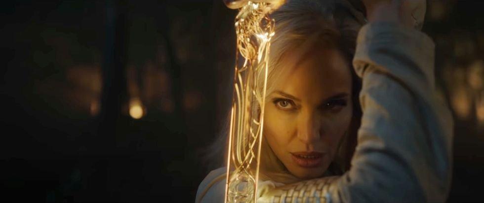 安芝莲娜祖莉在《永恒族》预告片中,霸气持剑抗敌的画面,短短几秒画面,就让影迷直呼过瘾。