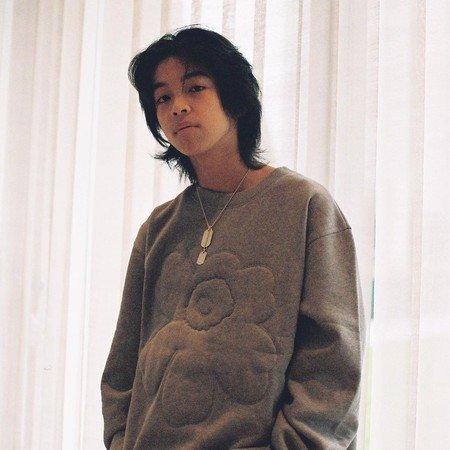 YOSHI 被行内人称为是彩才华横溢的歌手,然而现在却传出他为爱消沉的消息。